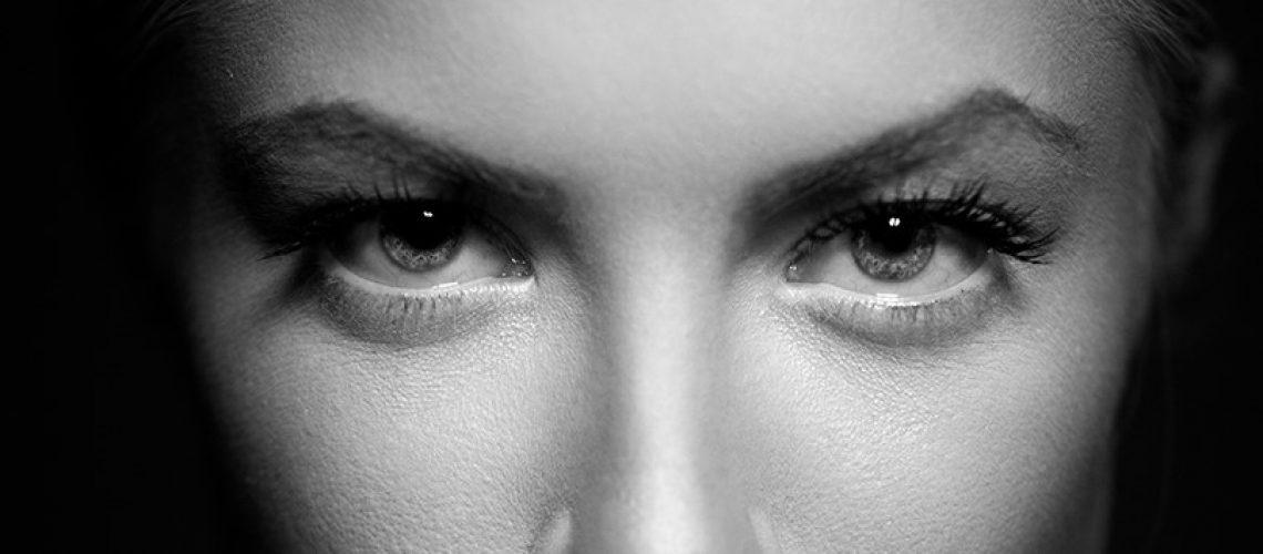 REVELATE MUJER BLANCO Y NEGRO ojos