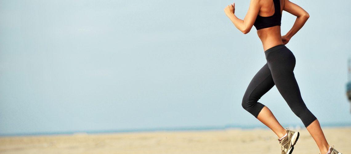 mujer-corriendo-por-la-playa